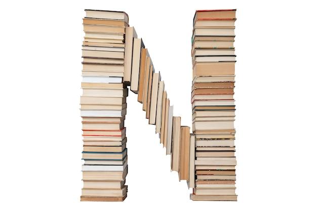 Letter n gemaakt van boeken geïsoleerd op wit
