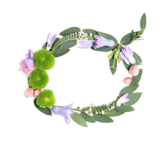 Letter q gemaakt van bloemen en kruiden op witte achtergrond