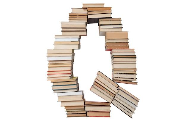 Letter q gemaakt van boeken geïsoleerd op wit