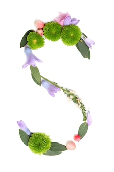Letter s gemaakt van bloemen en kruiden op witte achtergrond