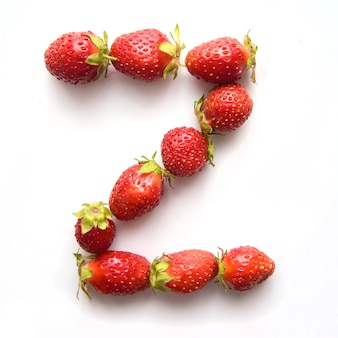 Letter z van het engelse alfabet van rode verse aardbeien op witte achtergrond