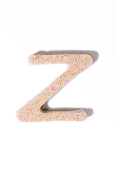 Letter z van het zand geïsoleerd in het witte zomerconcept alfabet