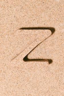 Letter z van het zand geïsoleerd op het strand zand concept van zomer alfabet