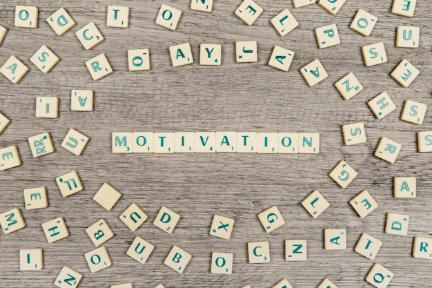 Letters die het woord motivatie vormen