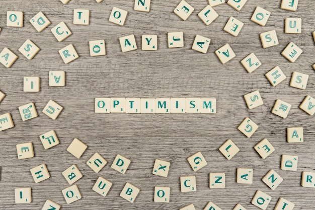 Letters die het woord optimisme vormen