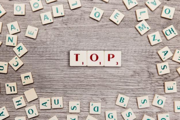 Letters die het woord top vormen