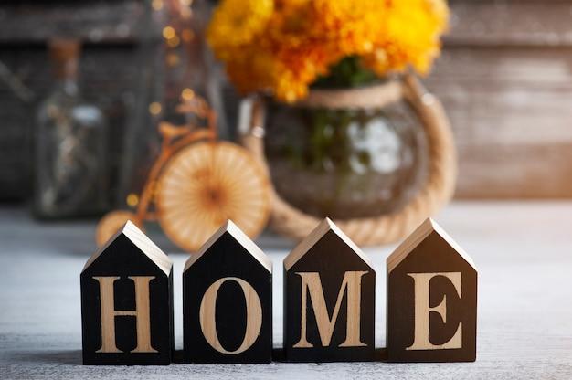 Letters home en oranje chrysantenbloemen op rustieke achtergrond. wenskaart met kopie ruimte voor uw tekst