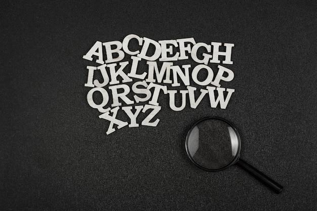 Letters in alfabetische volgorde en vergrootglas