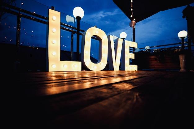 Letters met gloeiende gloeilampen op donker