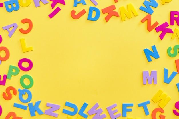 Letters op gele tafel