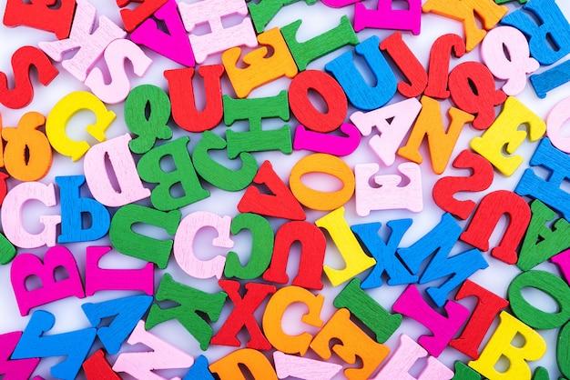 Letters van het alfabet zijn willekeurig verspreid op een witte achtergrond