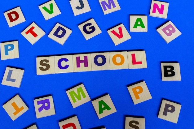Letters verspreid met het woord school in het midden