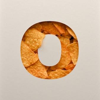 Lettertypeontwerp, abstract alfabet lettertype met driehoekige maïs chips, realistische bladeren typografie - o