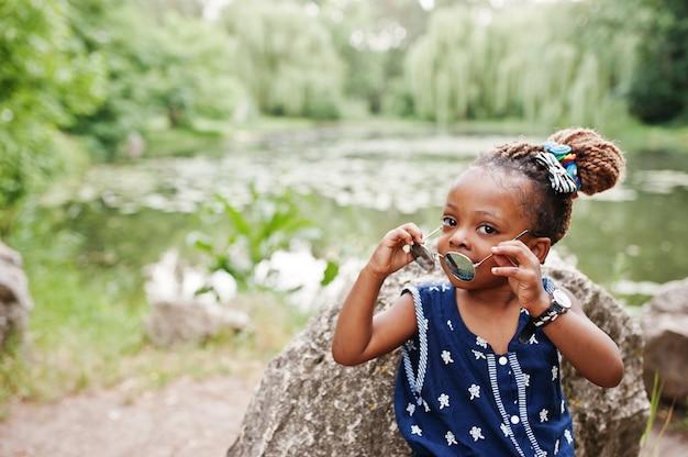 Leuk afrikaans amerikaans babymeisje bij zonnebril