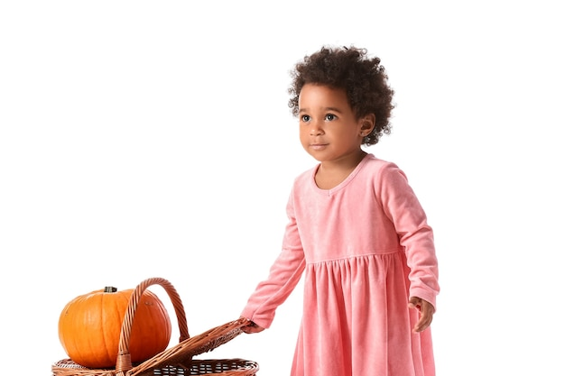 Leuk afrikaans-amerikaans babymeisje met mand en pompoen op wit