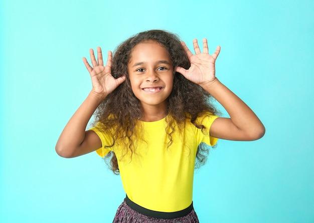 Leuk afrikaans-amerikaans meisje op kleur