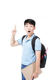 Leuk aziatisch kind met schoolnotitieboekje