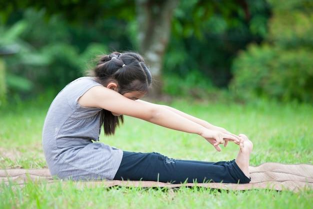 Leuk aziatisch meisje die oefening in het park doen
