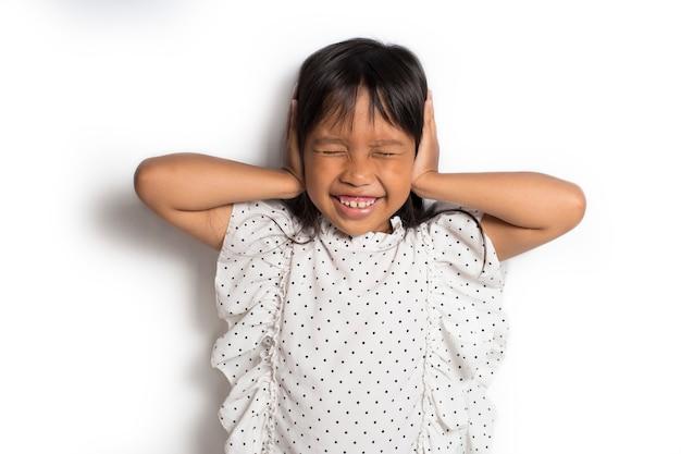 Leuk aziatisch meisje die oren behandelen met haar handen
