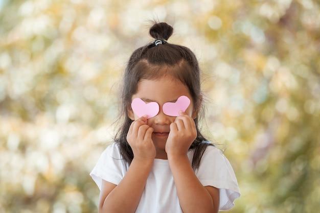 Leuk aziatisch meisje met harten op haar ogen