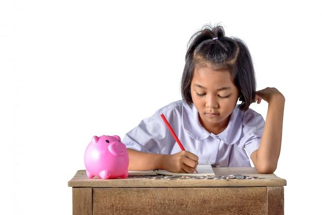 Leuk aziatisch plattelandsmeisje noteer inkomsteninkomsten en munten
