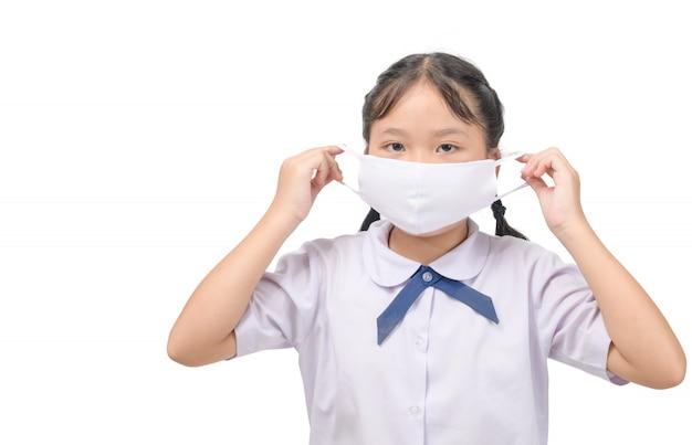 Leuk aziatisch schoolmeisje met beschermend masker