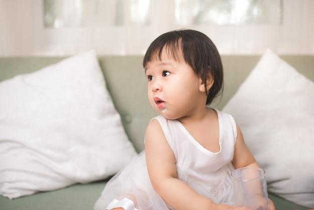 Leuk babymeisje met melksnor thuis