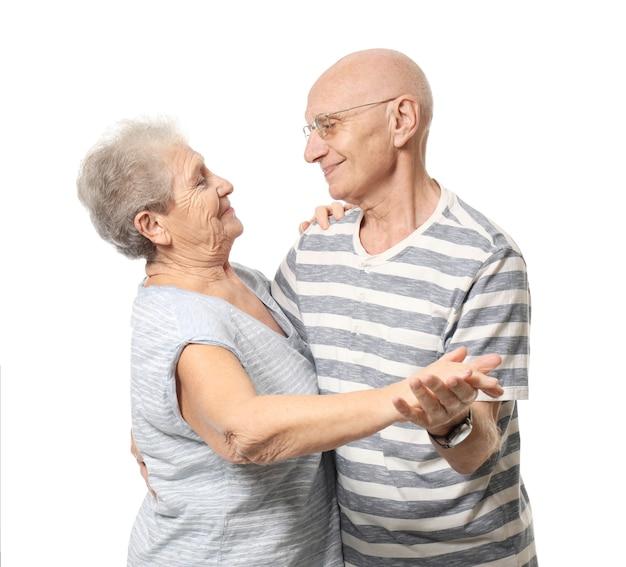Leuk bejaarde echtpaar dansen tegen een witte achtergrond
