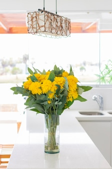 Leuk bloemstuk in een huiskeuken