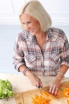 Leuk, blond meisje in de keuken