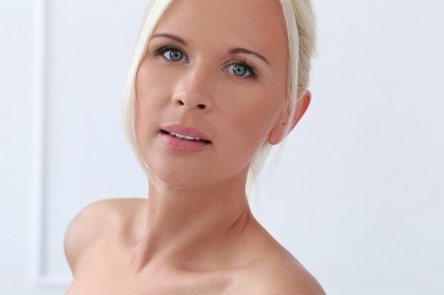 Leuk, blond meisje met blauwe ogen