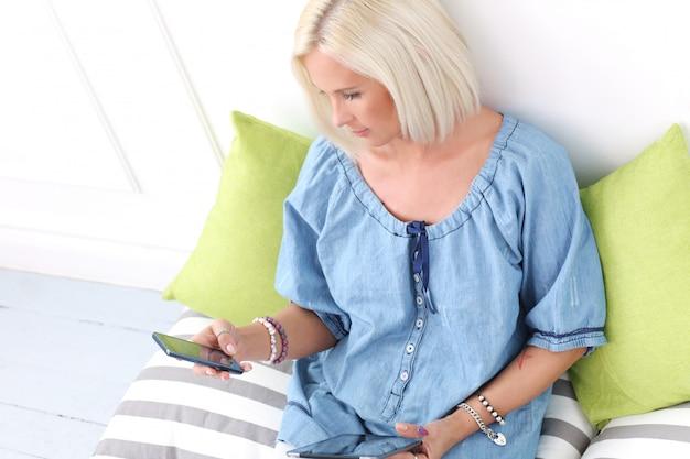Leuk, blond meisje met tablet