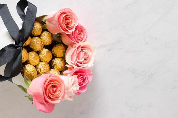 Leuk boeket roze rozen met chocolade