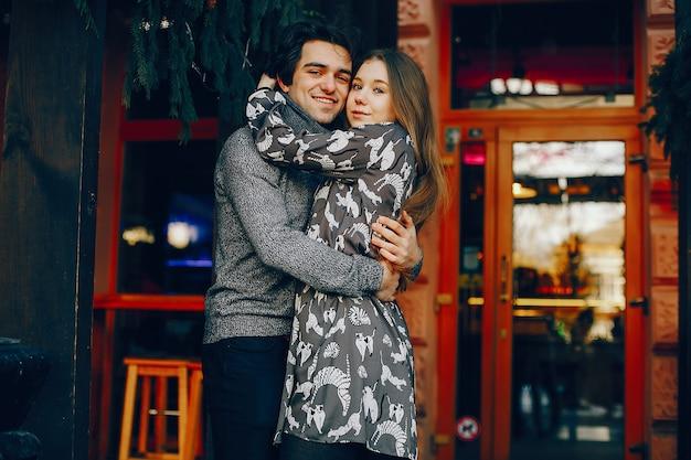 Leuk en houdend van paar in een de winterstad