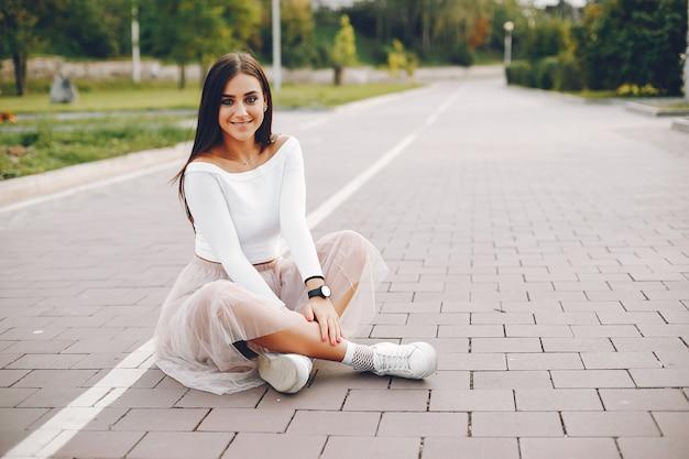 Leuk en mooi meisje in een de zomerpark