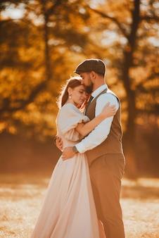 Leuk en mooi net getrouwd stel omarmen, liefde hangt in de lucht