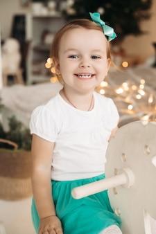 Leuk en schattig klein meisje met mooie grijze ogen wegkijken