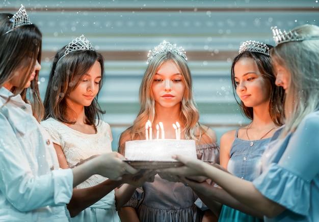 Leuk feestvarken en vrienden die cake met kaarsen houden