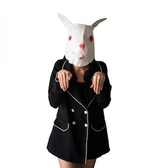 Leuk geïsoleerd meisje met konijnmasker