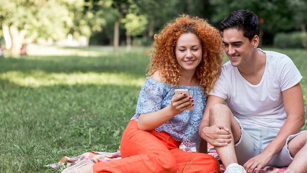 Leuk gelukkig houdend van paar dat in openlucht een selfie neemt