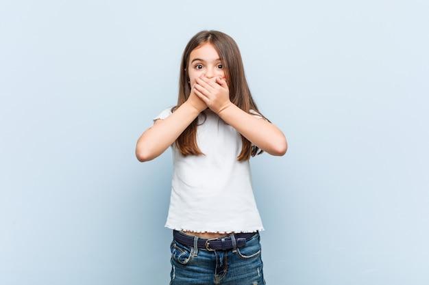 Leuk geschokt meisje met betrekking tot mond met handen