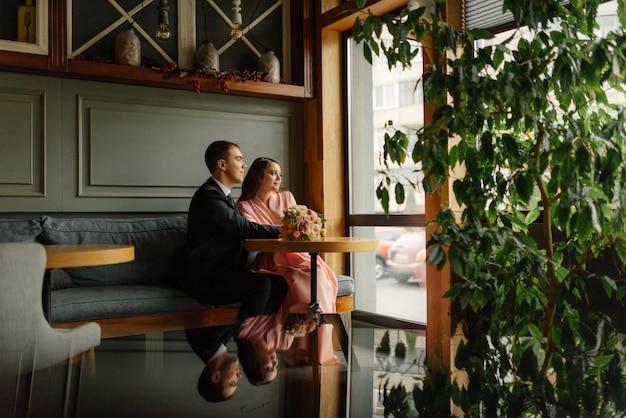 Leuk getrouwd stel in café. jonge bruid en bruidegom in een café.