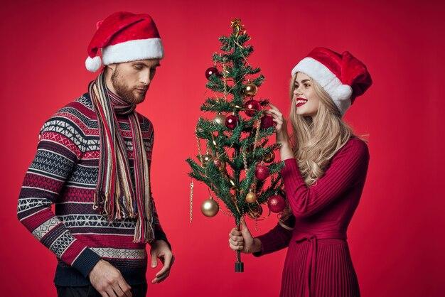 Leuk getrouwd stel in nieuwjaarskleding vakantie kerststudio
