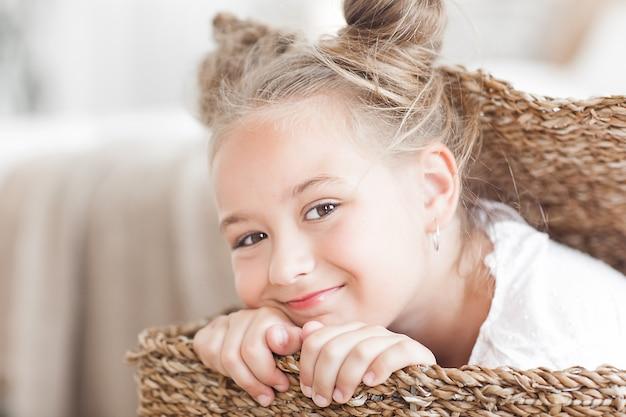 Leuk grappig meisje close-up portret in de mand