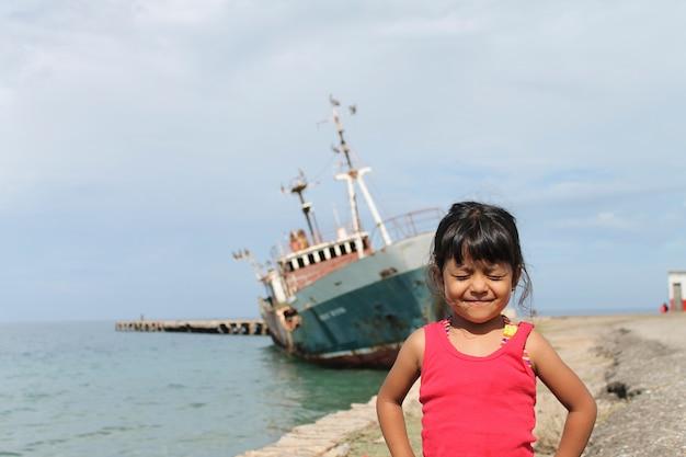Leuk grappig meisje op het strand
