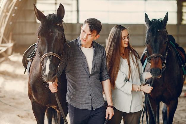 Leuk houdend van paar met paard op boerderij