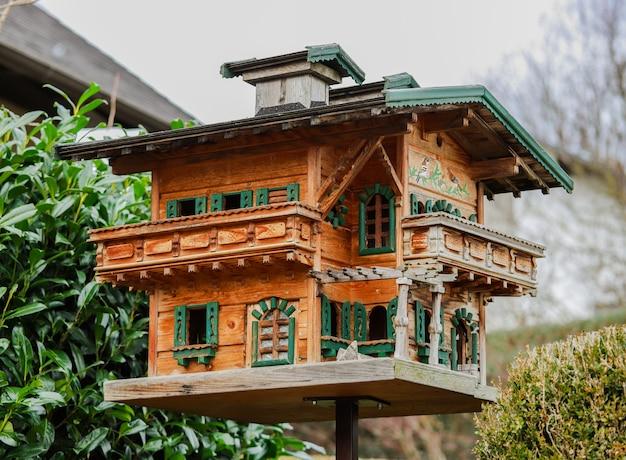 Leuk houten handgemaakt vogelhuisje met groendak.
