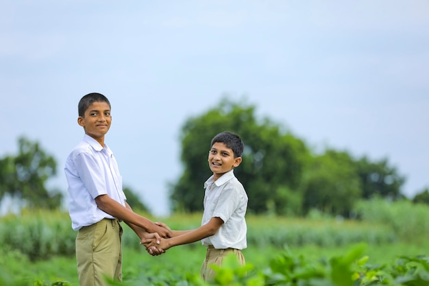 Leuk indisch kind dat bij groen gebied speelt