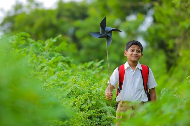 Leuk indisch kind dat met een vuurrad speelt