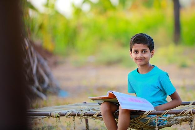 Leuk indisch kind dat thuis bestudeert